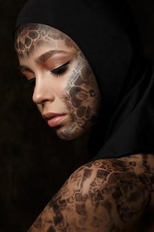Портрет молодой красивой женщины с боди-артом