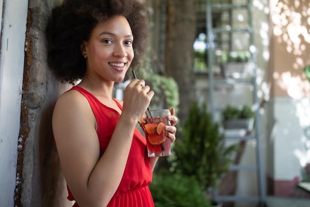 젊은 흑인 여성의 초상화, 아프로 헤어스타일 드레스를 입고 패션 모델