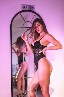 다시 거울을보고 속옷에 젊은 금발의 백인 초상화. 집에서의 감각적 인 사진, 감각적 인 모습