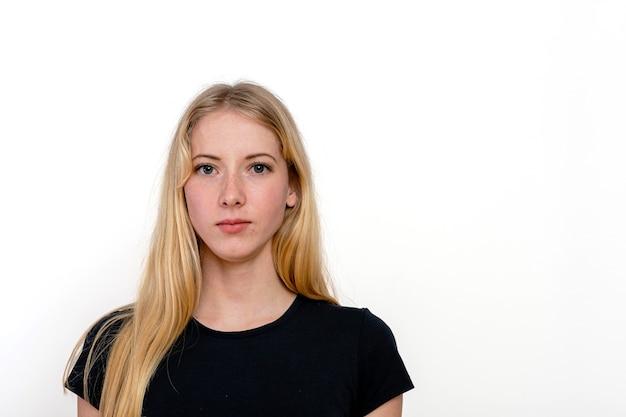 白い背景で隔離の若いブロンドの女性の肖像画