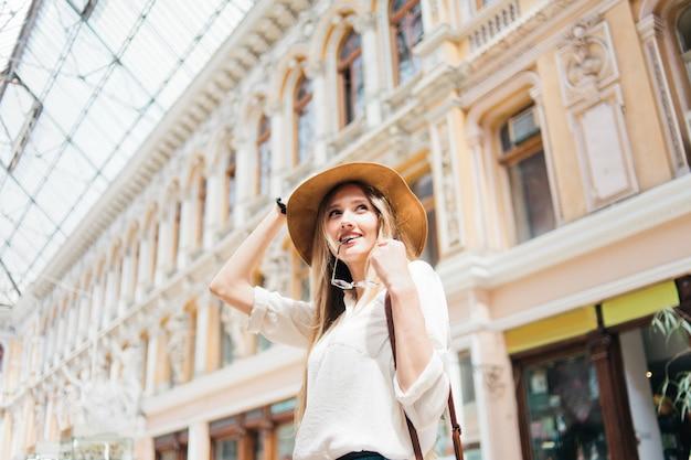 帽子の若いブロンドの女性の肖像画