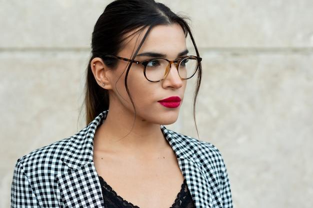 빨간색 페인트 입술과 안경 젊은 갈색 머리 사업가의 초상화. 비즈니스 및 기술 개념.