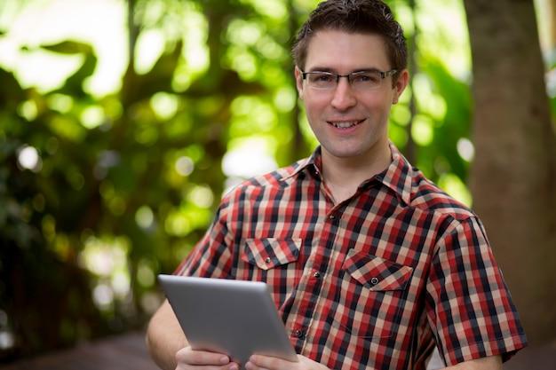 Портрет молодой деловой человек с сенсорным экраном устройства