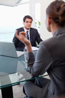 Портрет молодой бизнес-команды во время встречи
