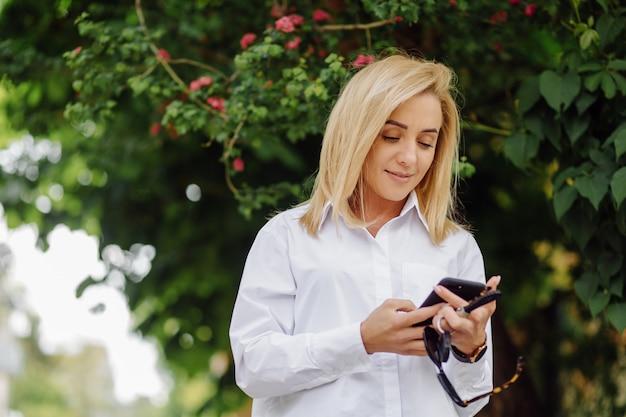 笑顔金髪の若いビジネス女性の肖像画