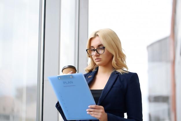 사무실에서 젊은 비즈니스 여자의 초상화