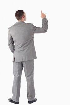 Портрет молодой предприниматель, указывая на что-то