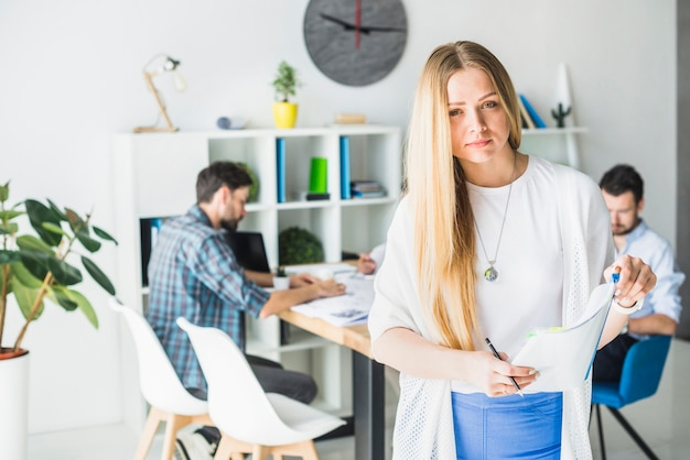 Портрет молодой бизнес холдинг папку