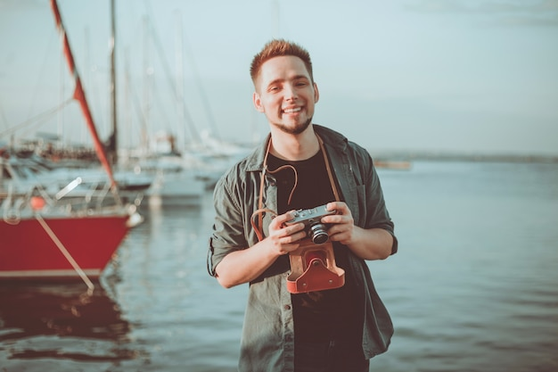 海の上の若い陽気なヒップスターの肖像画