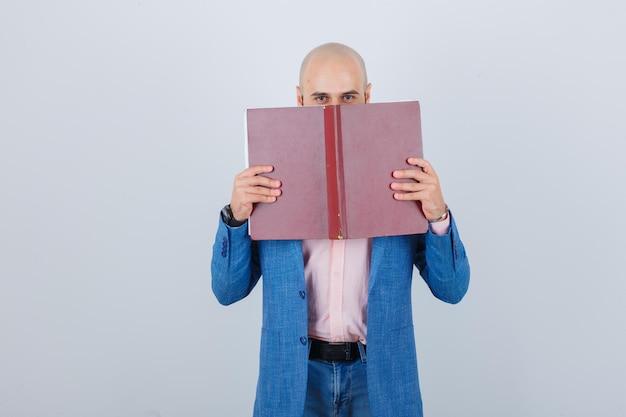 책을 들고 쾌활 한 젊은이의 초상