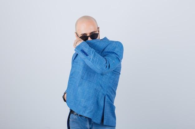 彼の顔を覆っている自信を持って若い男の肖像画
