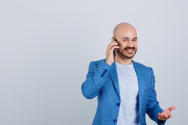 電話で話している自信を持って若い男の肖像画