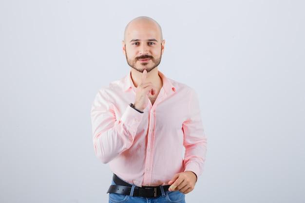 若い自信のある男の肖像画