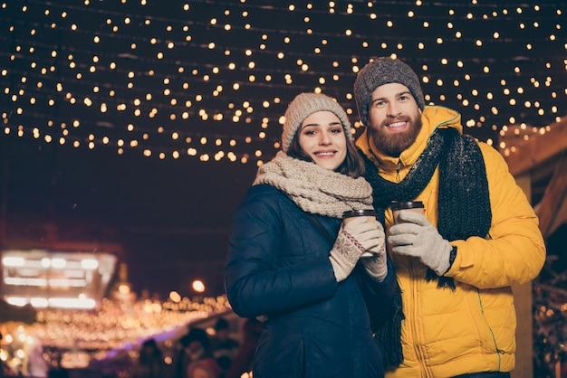 クリスマス休暇中の街の若いカップルの肖像画