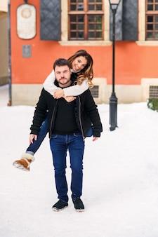 Портрет молодой пары на улице