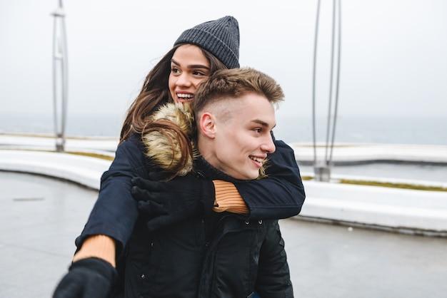 Портрет молодой милой любящей пары, прогулки на пляже, на открытом воздухе с удовольствием.
