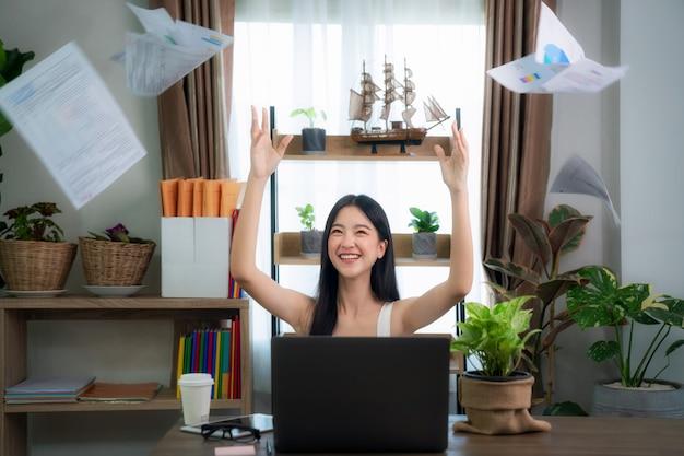 オフィスでの成功を祝っている興奮している若いインターンの肖像画、この画像はオフィス、ホームオフィス、目標、教育の概念に使用できます。