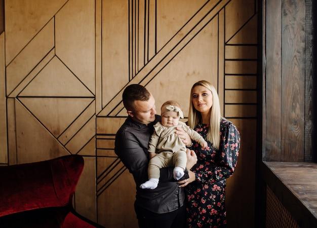 若い家族の肖像画