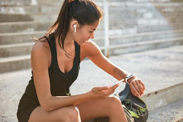 Портрет молодой женщины фитнеса в наушниках