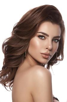 Портрет молодой девушки. красивые здоровые волосы, кудри, натуральный макияж и цвет губ, гламурный образ. изолированные.