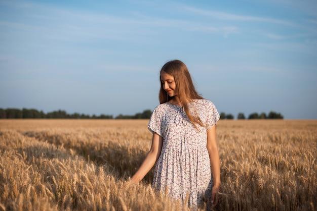 끝없이 익은 호밀밭을 산책하는 어린 소녀의 초상화