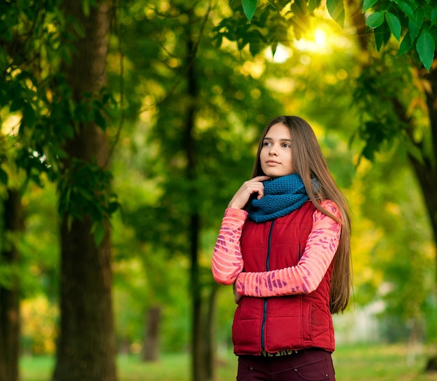 Портрет молодой девушки в осеннем парке