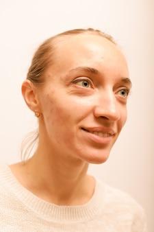 化粧品の笑顔のない白い背景の上の少女の肖像画