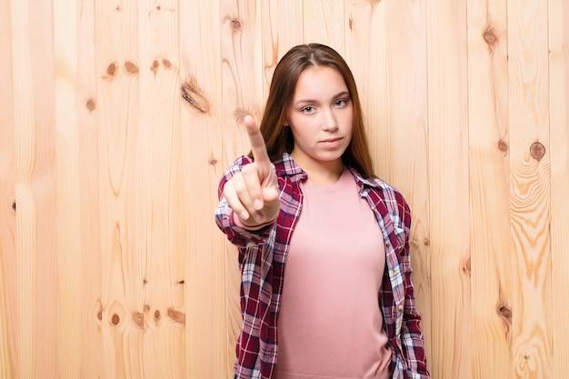 Портрет молодой девушки на деревянном фоне