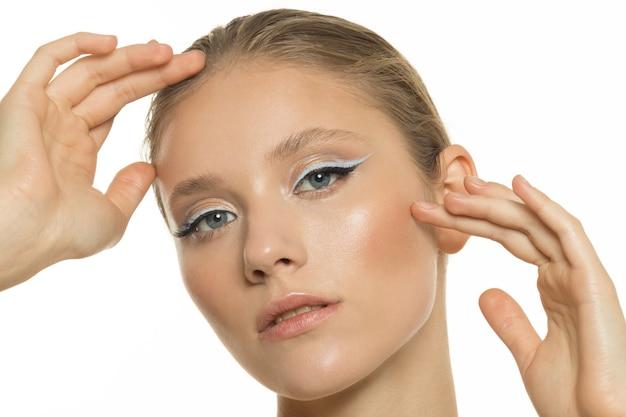 완벽 한 피부를 가진 젊은 여자의 초상화입니다. 스킨 케어 및 스파 트리트먼트 개념. 고품질 사진