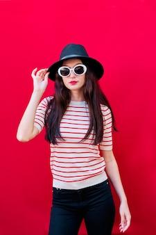 선글라스와 모자와 젊은 여자의 초상화