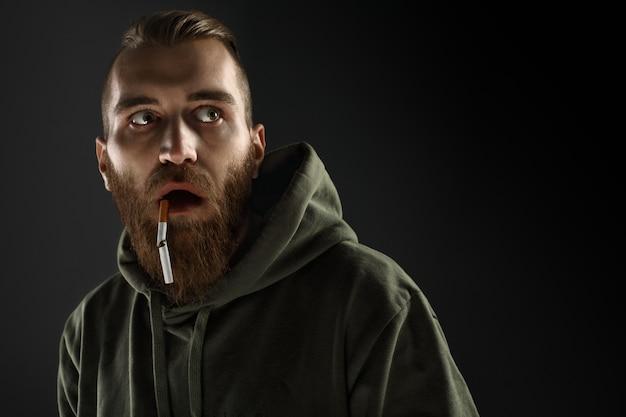 Портрет молодого парня, бросившего курить