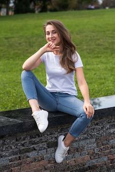 若い、幸せで魅力的な金髪の白人の女の子の肖像画。