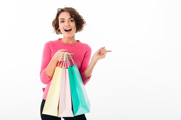 Портрет молодой счастливой девушки с сумками