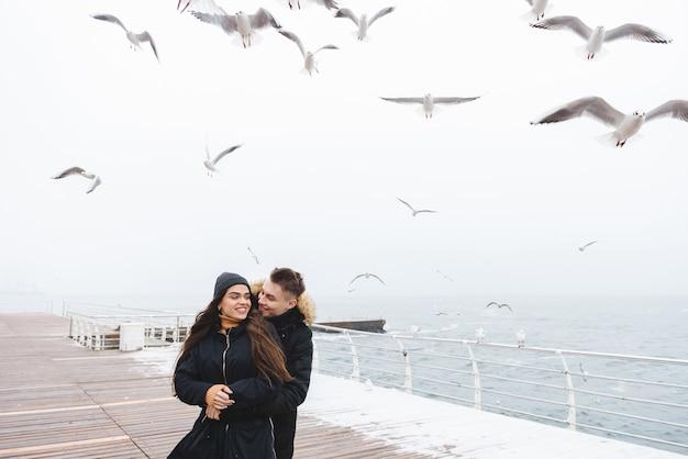 Портрет молодой счастливой любящей пары, прогулки на пляже на открытом воздухе.
