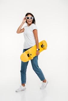선글라스에 젊은 행복 한 여자의 초상화