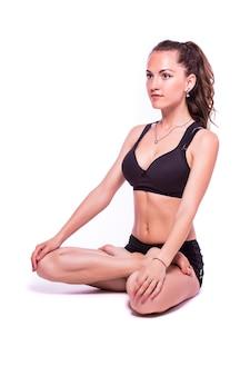 Портрет молодой здоровой женщины, делающей упражнения йоги, изолированные на белом фоне