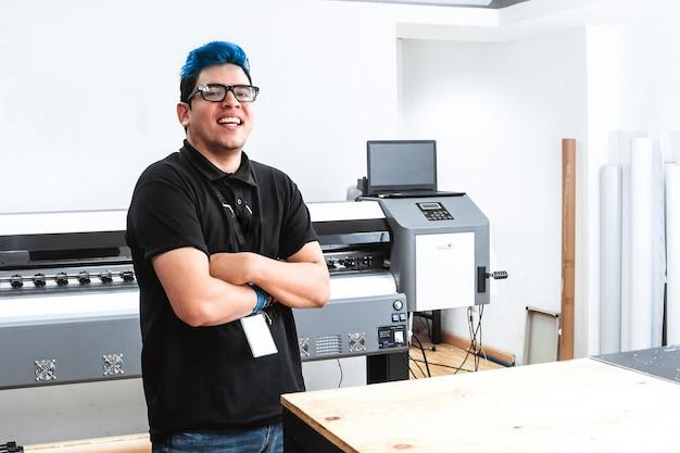 젊은 라틴계 노동자 남자의 초상화입니다. 팔짱을 끼고 자신감 넘치는 기업가.