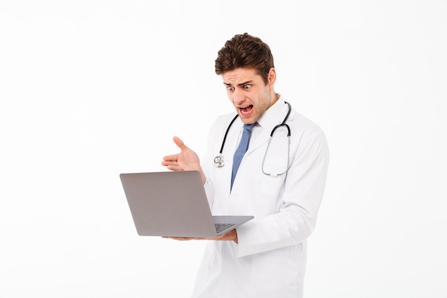 聴診器で若い男性医師の肖像画