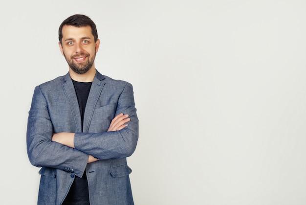 自信に満ちた表情で大きく笑みを浮かべている若い男性起業家の肖像画
