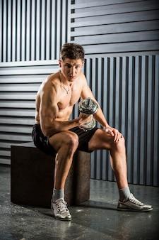 Портрет молодого человека, делающего упражнения
