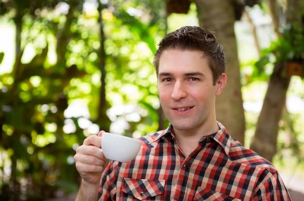 コーヒーを飲む若い男の肖像