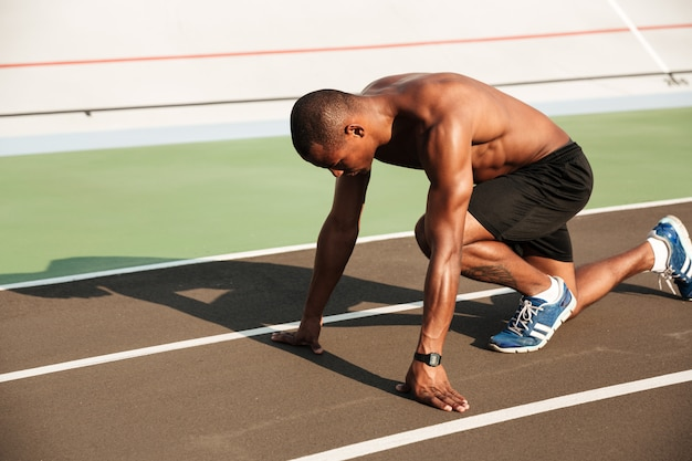 若い筋肉アフロアメリカンスポーツマンの肖像画