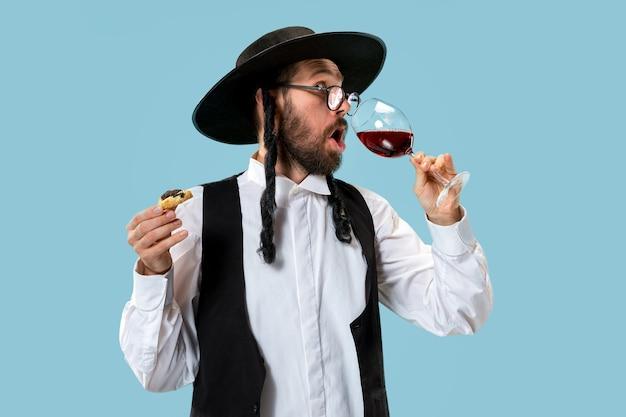 祭りのプリムの間に若い正統派ユダヤ人の肖像画。