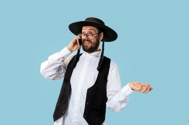 スタジオで携帯電話を持つ若い正統派ユダヤ人の肖像画