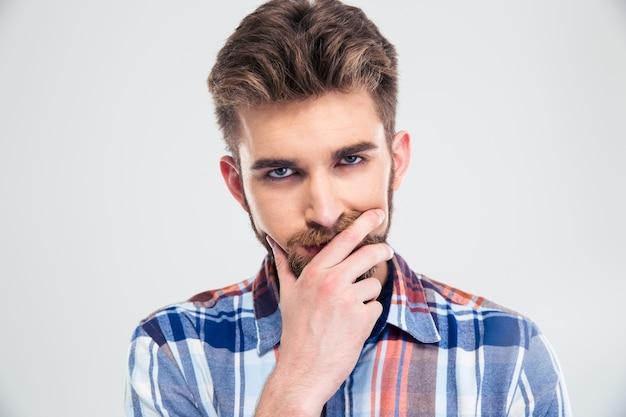 Портрет молодого задумчивого человека, смотрящего в камеру