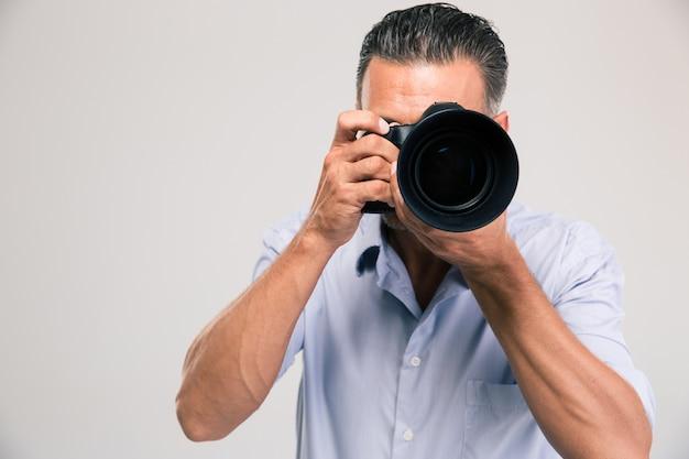 고립 된 카메라와 함께 젊은 사진 작가의 초상화