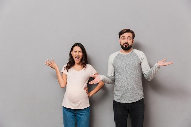 Портрет молодой беременной пары спорят