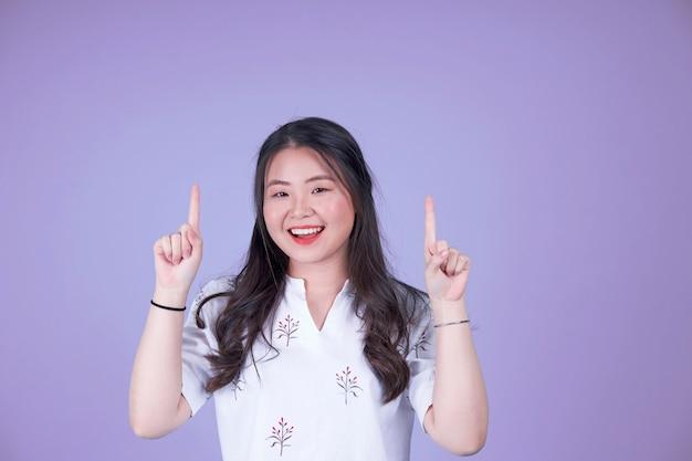 젊은 꽤 아시아 중국 여자의 초상화