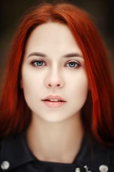 젊은 빨간 머리 모델의 초상화
