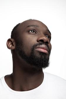 스튜디오에서 젊은 심각한 아프리카 남자의 초상화. 높은 패션 남성 모델 포즈와 흰색 배경에 고립